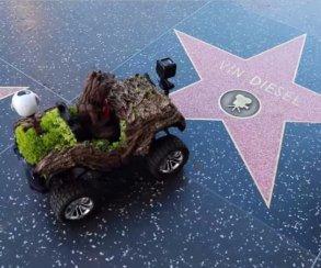 Милота: малыш Грут ездит поАллее славы Голливуда намаленькой машинке