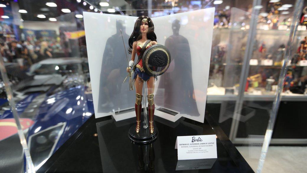 Костюмы, гаджеты и фигурки Бэтмена на Comic-Con 2015 - Изображение 33