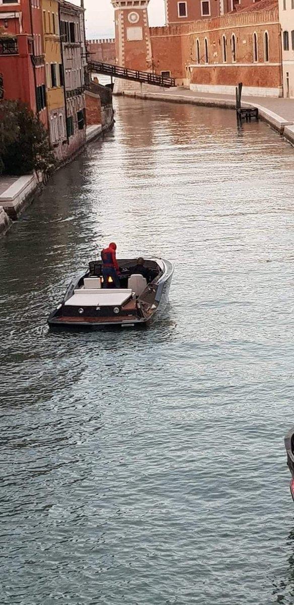 Человек-паук и Ник Фьюри вместе плывут по каналам Венеции — свежие кадры со съемок «Вдали от дома» | Канобу - Изображение 3621