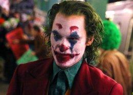 Очень много фото сосъемок «Джокера»: Хоакин Феникс вгриме, героиня Зази Битц, намеки насюжет