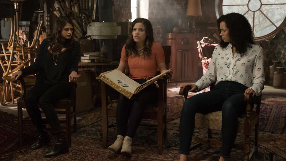 В тизер-трейлере «Зачарованных» нам показали способности трех сестер и их наставника. - Изображение 1