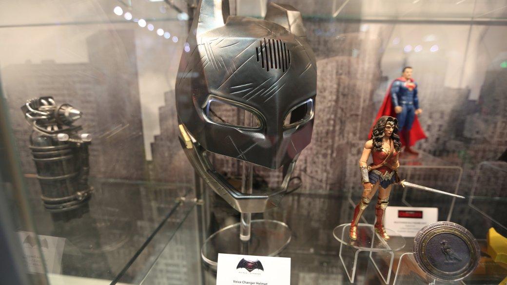Костюмы, гаджеты и фигурки Бэтмена на Comic-Con 2015 | Канобу - Изображение 13