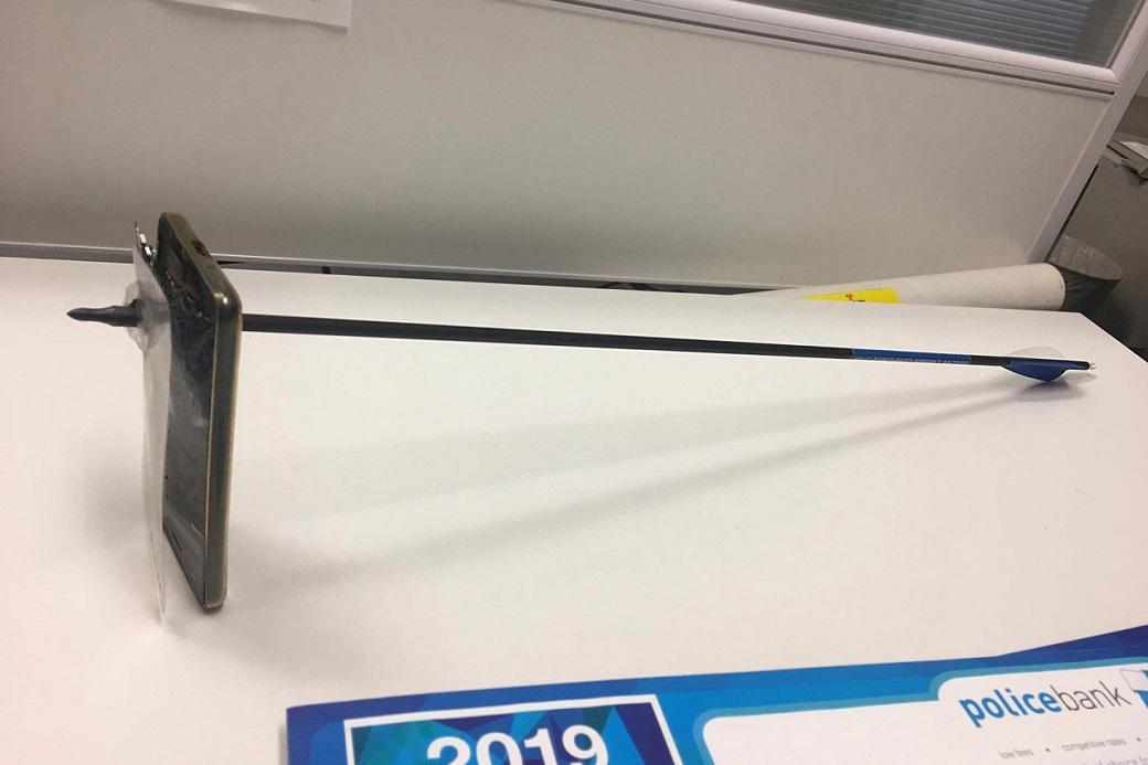 ВАвстралии iPhone спас жизнь пользователю, остановив стрелу, выпущенную из лука | Канобу - Изображение 2