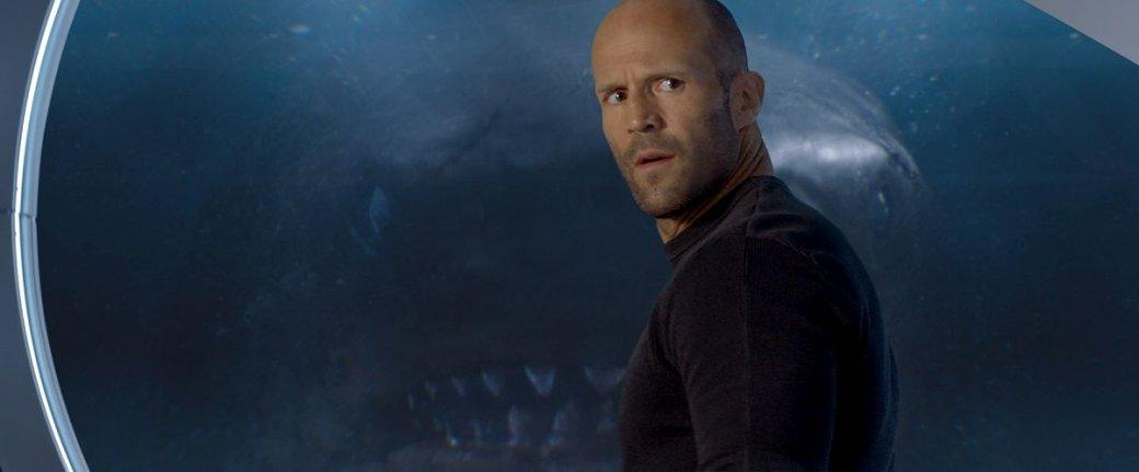 Гигантская акула-убийца против лысины Джейсона Стэйтема нановых кадрах фильма «Мег: Монстр глубины». - Изображение 1
